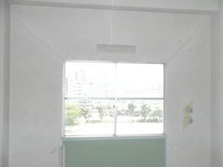 窓の4隅から長いひび.JPG