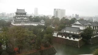 雨に煙る小倉城