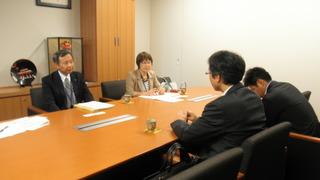 赤嶺事務所で、荒川とおる北九州市会議員と一緒に