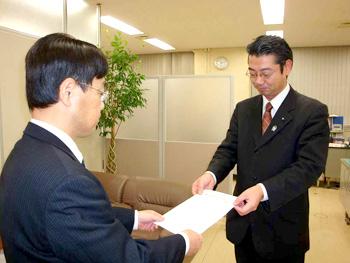 徹底解明のための申し入れをする日本共産党 真島県議