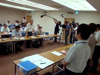 日本共産党福岡県委員会の申し入れには、マスコミ各社も取材に訪れました。