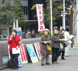 日本共産党女性後援会でバレンタインデー宣伝。「あなたも国保署名の受任者に」と訴えました(リバーウォーク前)