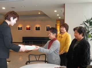 新日本婦人の会、子どもと教育のために手をつなぐ会の皆さんと北九州市へ教育充実の署名を提出
