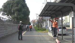 企救中学校前のバス停にて。フェンスの向こうが弾薬庫