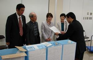 柳井・藤沢両市議と南区選管に署名を提出